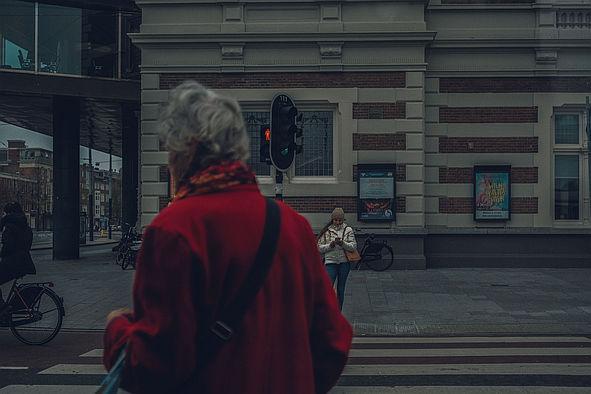 Ältere Frau an einer Ampel