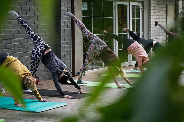 Frauen beim Yoga draußen