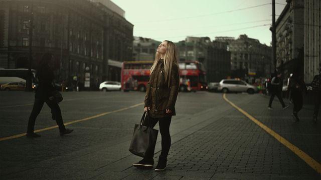 Frau mit Koffer auf der Strasse