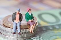 Illustration mit Figuren die auf Geldmünzen sitzen