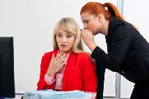 Zwei Frauen beim Arbeitsgespräch