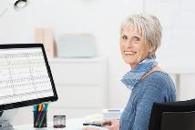 Ältere Frau am Rechner