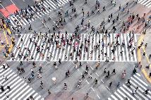 Menschen auf einer Kreuzung