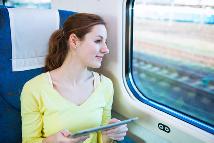 Junge Frau am Zugfenster