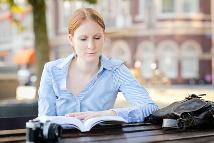Frau liest in ihrem Kalender