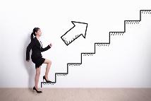 Frau geht die Treppe hoch